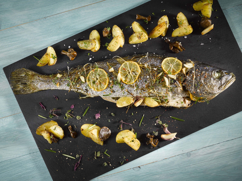 Corvina al horno con aromáticas y limón