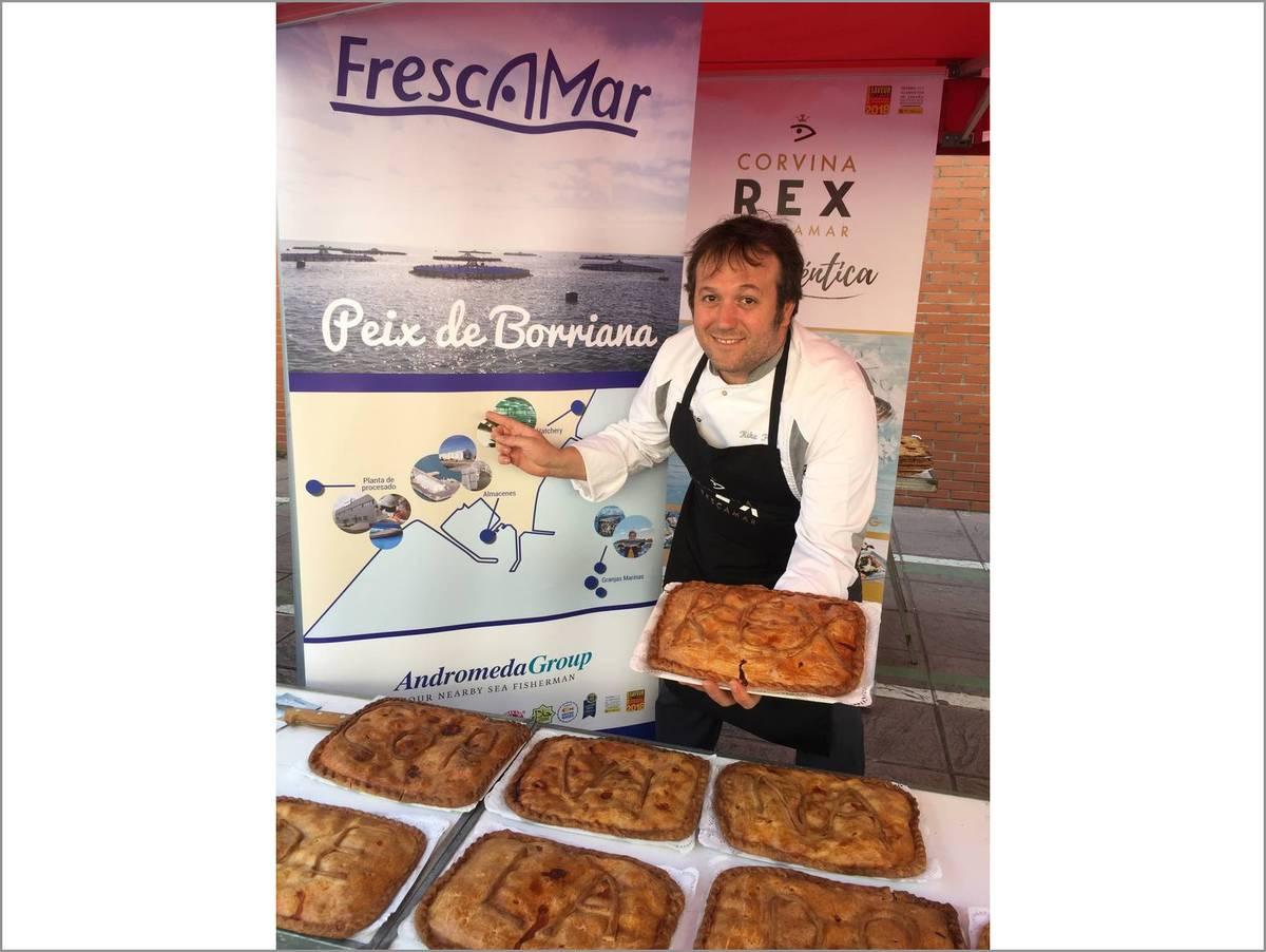 Kike Peris muestra la empanada de Corvina REX del avituallamiento post meta de la Cursa de la Dona de Burriana