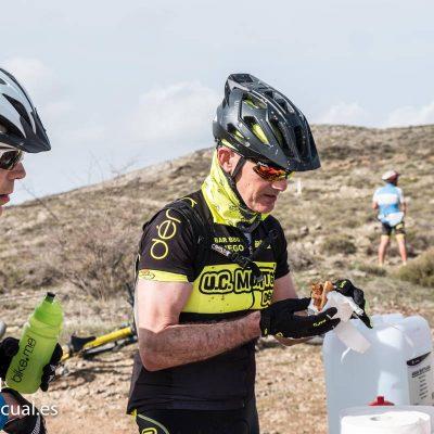 Ciclistas en avituallamiento Corvina REX