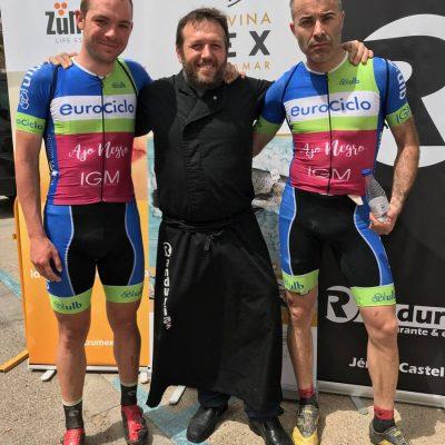 Kike Peris con primeros ciclistas Mitic Bike