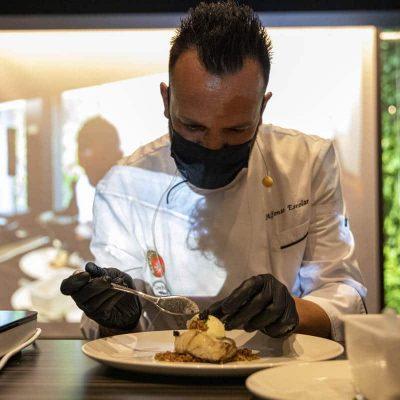 Alfonso Escolar, chef ejecutivo de Autocines Espana, prepara un original plato a base de Corvina REX