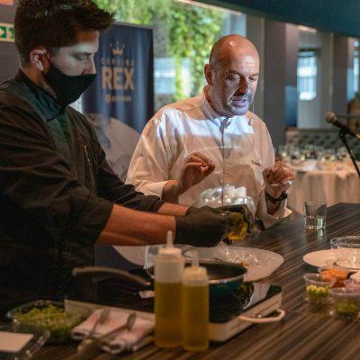 Iñigo Urrechu, chef de Urrechu con su elaboracion de Corvina REX